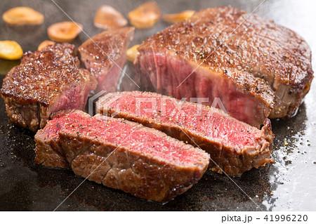 焼き上がったステーキ肉 41996220