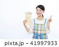 女性 給料 指差しの写真 41997933