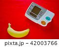 デジタル血圧計とバナナ 赤バック 42003766