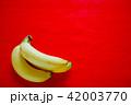 複数のバナナ 赤バック 42003770