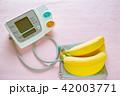 デジタル血圧計とバナナ ピンクバック 42003771
