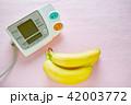 デジタル血圧計とバナナ ピンクバック 42003772