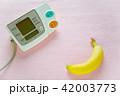 デジタル血圧計とバナナ ピンクバック 42003773