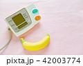 デジタル血圧計とバナナ ピンクバック 42003774