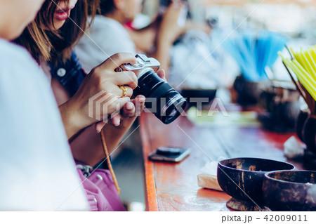 Young woman prepares a camera  42009011