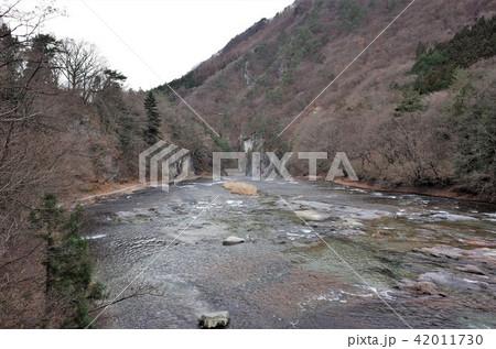 群馬県の吹割の滝、激しい滝、水の流れ、ナイアガラ 42011730
