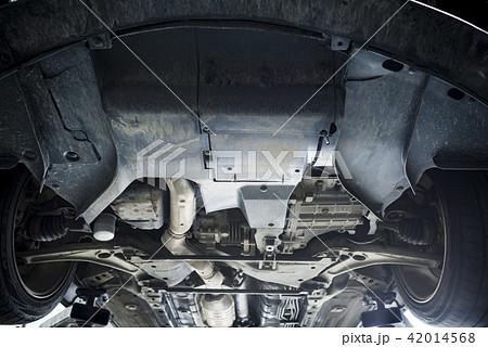 車の下回り(アンダーパネル割れ) 42014568