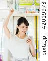 電車 スマートフォン 女性の写真 42019973