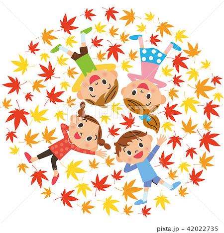 イチョウの葉に寝転ぶ子供達 42022735