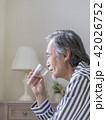 水を飲むシニア男性 42026752