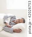 ベッドで眠るシニア男性 42026753