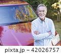 車にもたれる笑顔のシニア男性 42026757