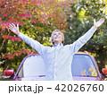 車の前で手を広げるシニア男性 42026760
