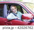 車に乗ったシニア男性 42026762