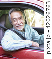 車に乗ったシニア男性 42026763