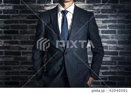 ビジネスマン スタジオポートレート レンガの背景 42040391