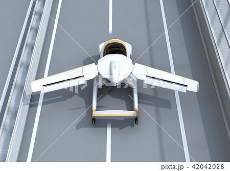 高速道路に離陸(着陸)しているフライングカーのコンセプトイメージ 42042028