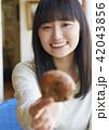 人物 女性 カフェの写真 42043856