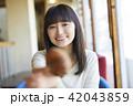 女性 カフェ パンの写真 42043859