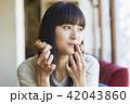 女性 カフェ 食べるの写真 42043860