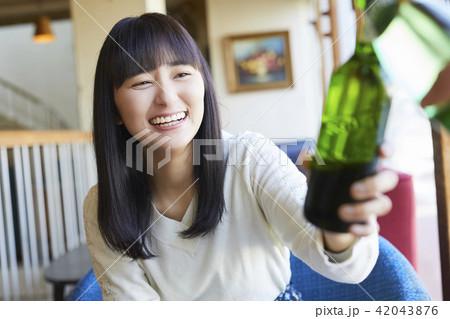 カフェでくつろぐ女性 42043876