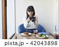 女性 カフェ カメラの写真 42043898
