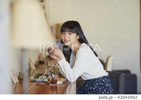 カフェでくつろぐ女性 42043902