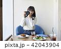 女性 カフェ くつろぐの写真 42043904