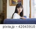 女性 カフェ くつろぐの写真 42043910