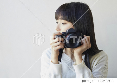 カメラを持つ女性 42043911