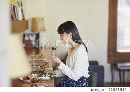 カフェでくつろぐ女性 42043912