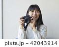 カメラを持つ女性 42043914