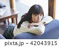 女性 カフェ くつろぐの写真 42043915
