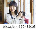 女性 カフェ くつろぐの写真 42043916