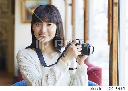 カメラを持つ女性 42043916