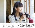 女性 カフェ くつろぐの写真 42043917
