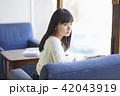 女性 カフェ くつろぐの写真 42043919