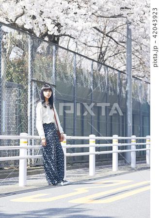 女性 春の散歩 42043923
