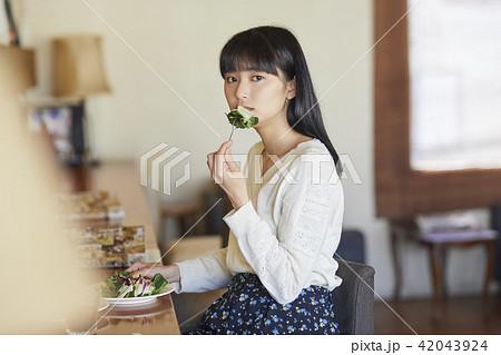 カフェでくつろぐ女性 42043924