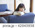 女性 カフェ くつろぐの写真 42043938