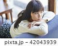 女性 カフェ くつろぐの写真 42043939