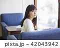 女性 カフェ くつろぐの写真 42043942
