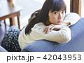 女性 カフェ くつろぐの写真 42043953