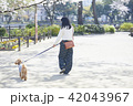 女性 散歩 公園の写真 42043967