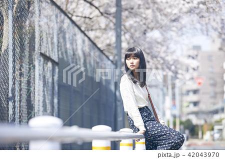 女性 春の散歩 42043970