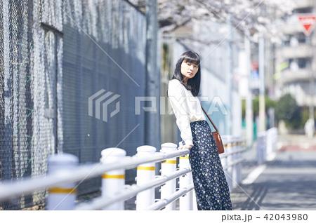 女性 春の散歩 42043980
