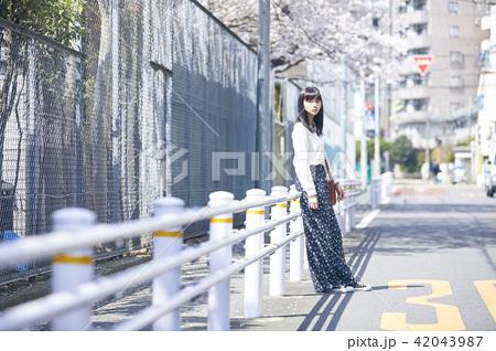 女性 春の散歩 42043987