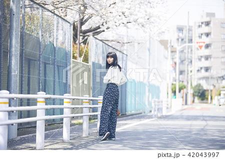 女性 春の散歩 42043997