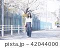 女性 春 散歩の写真 42044000
