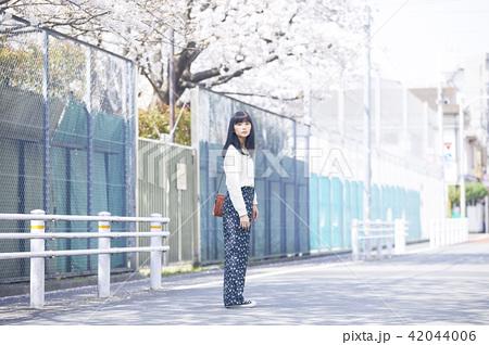 女性 春の散歩 42044006